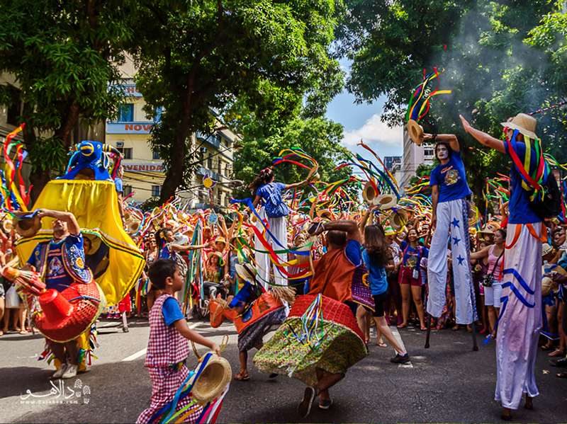 در فستیوال بومبا مئو بُی شهر غرق در رنگ و موسیقی و رقص است.