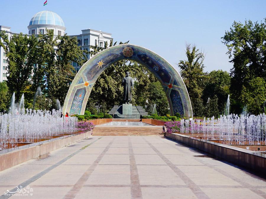 مجسمه رودکی در پارک رودکی