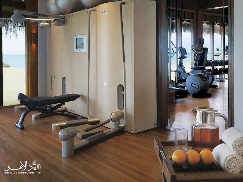 محل ورزش با دستگاههای بدنسازی