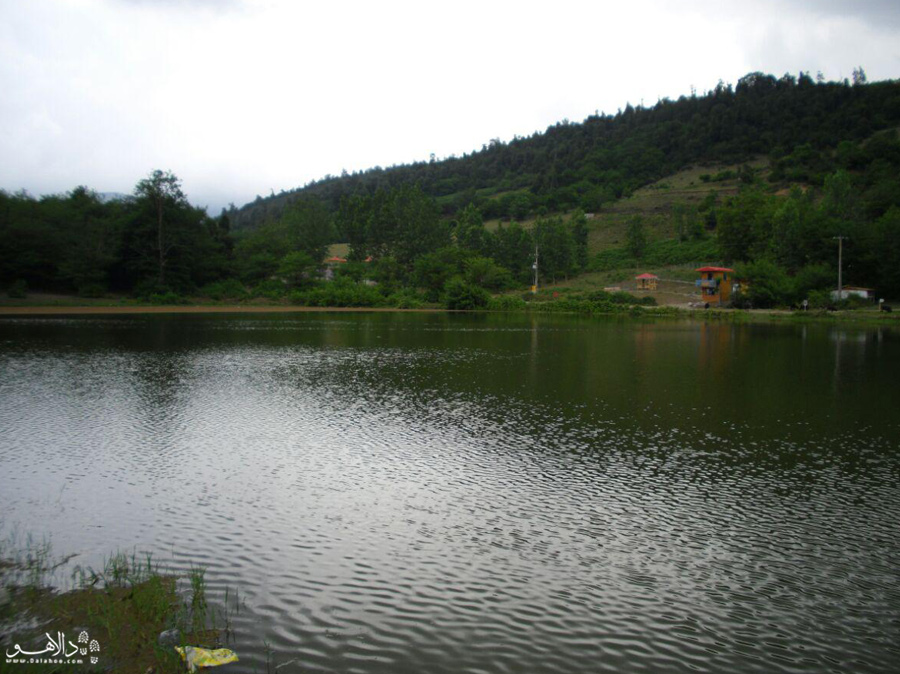 از قدم زدن کنار دریاچه لذت ببرید.