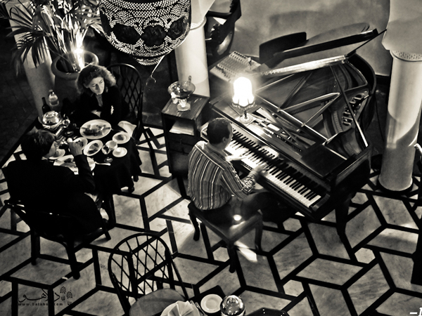 اشتباه نکنید این فیلم کازابلانکا نیست بلکه گردشگرانی هدر حال استراحت در کافه ریک هستند.