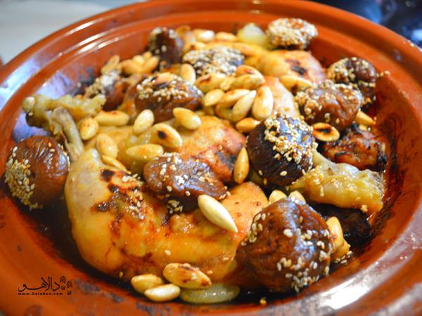 پیشنهاد ما این است که طجین-نوعی غذای سنتی مراکشی- را حتما در این کافه تجربه کنید.