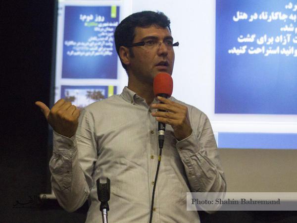 کریم شادفر در حال سخنرانی درباره اندونزی در همایش مردادماه دالاهو