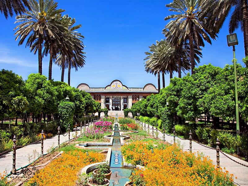 تجربه قدم زدن در باغ زیبای نارنجستان.