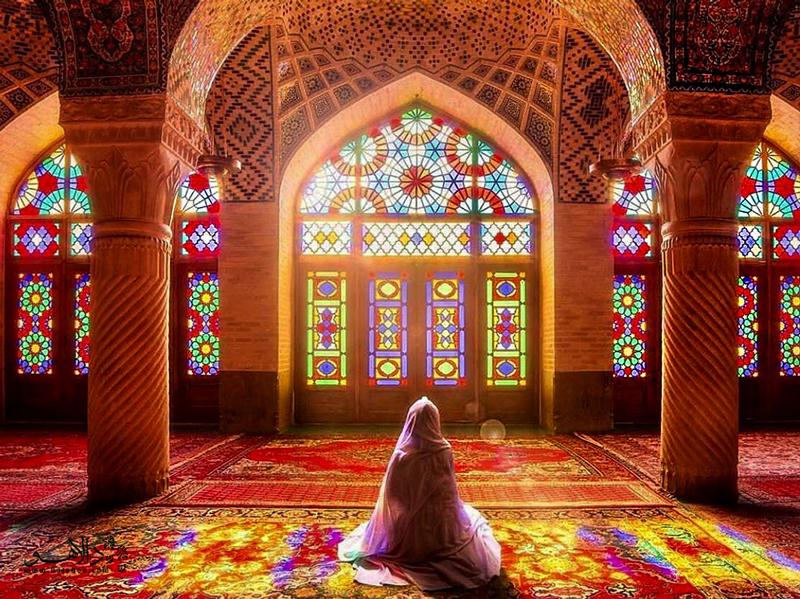نصیرالملک، مسجدی غرق در نور و رنگ و آرامش.