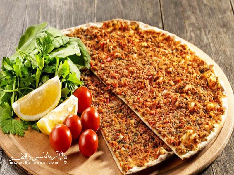 لاهمِجون از غذاهای معروف قونیه و ترکیه است که ظاهری شبیه پیتزا دارد.